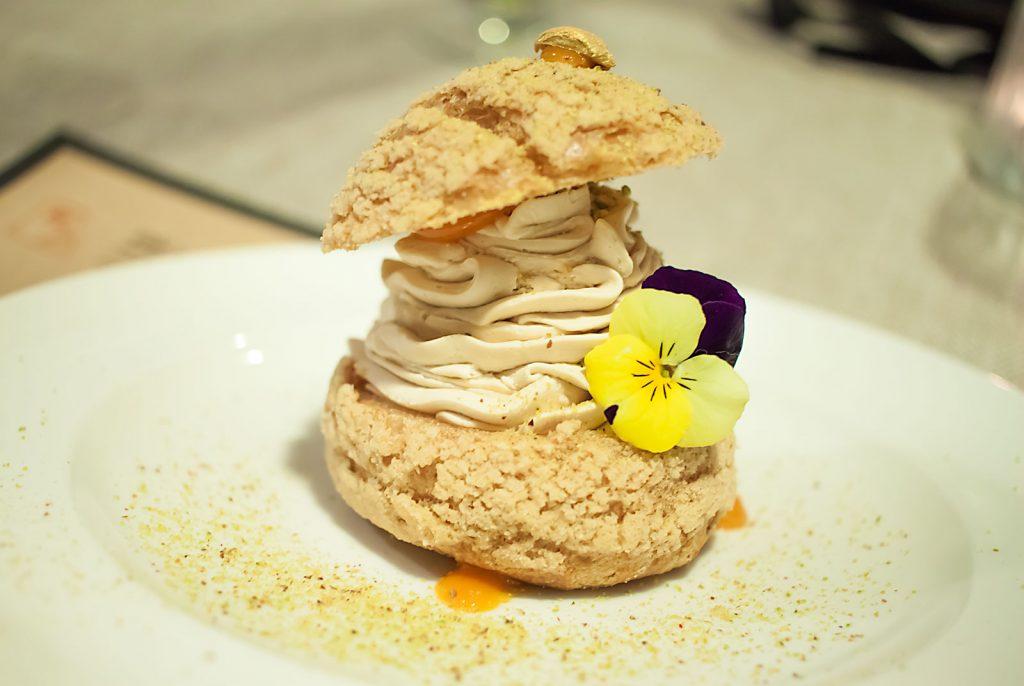 Ptyś z musem karmelowym, solą himalajską, rokitnikiem, pudrem z pistacji i płatkami złota- Piwnica Łódzka Restaurant Week