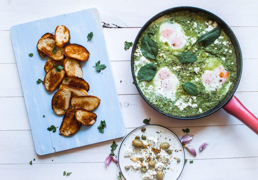 Zielona shakshouka, arabskie śniadanie- jajka ze szpinakiem, serem feta i jarmużem