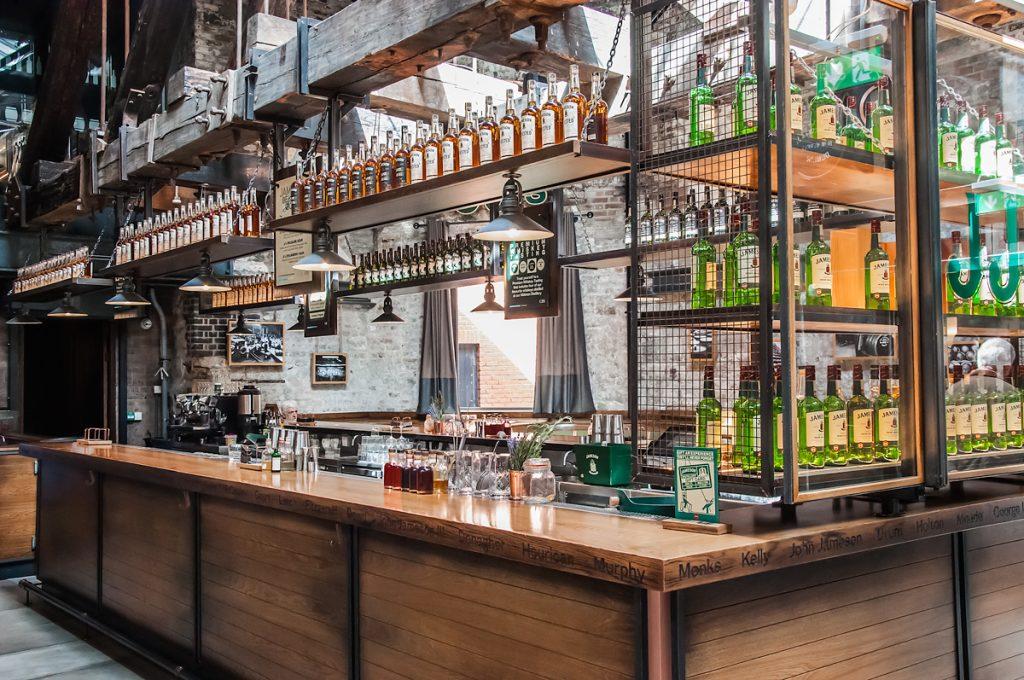Destylarnia Jameson w Dublin bar w środku