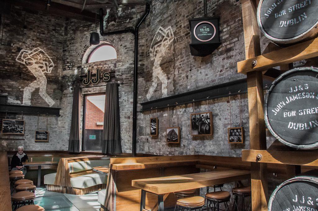 Destylarnia Jameson w Dublin beczki z whiskey