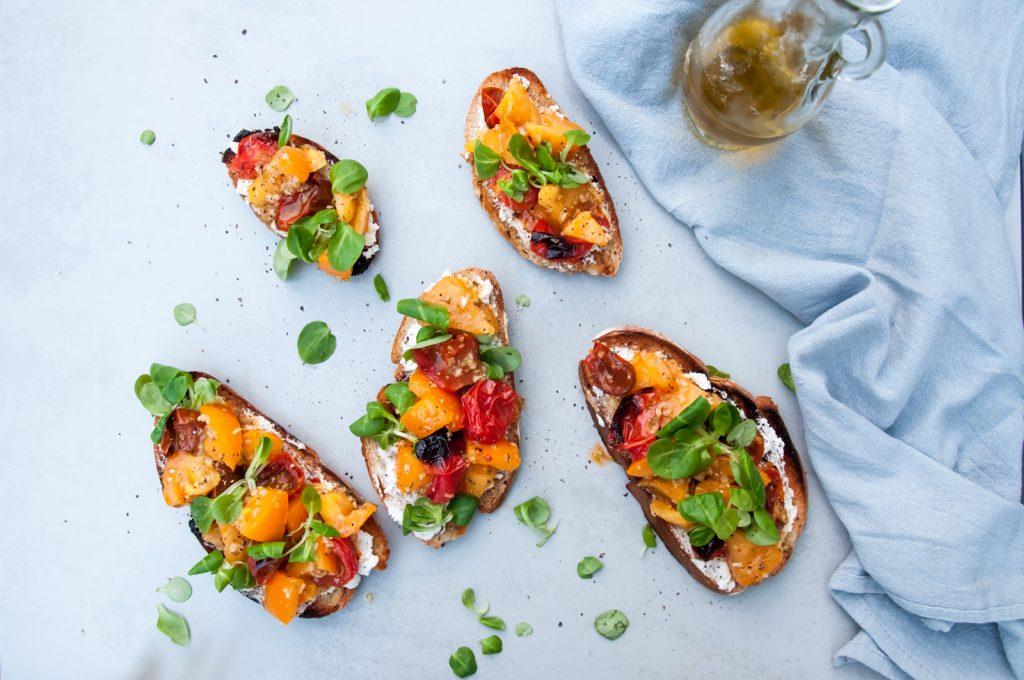 Włoska Bruschetta z Pieczonymi Pomidorami, Roszponką i Kozim Serem