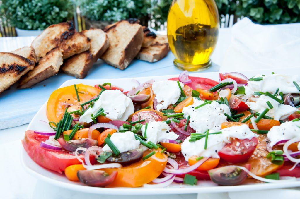 Letnia Sałatka z Pomidorami i Serem Burrata