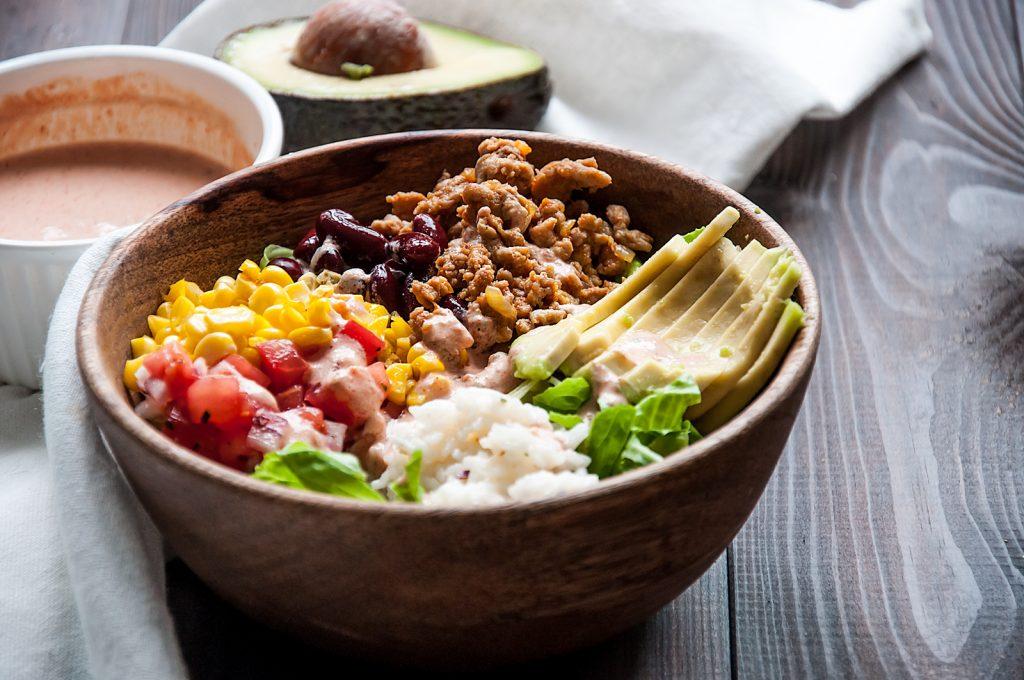Buritto Bowl Meksykańska Sałatka z Mięsem Melonym z Indyka, Ryżem i Awokado