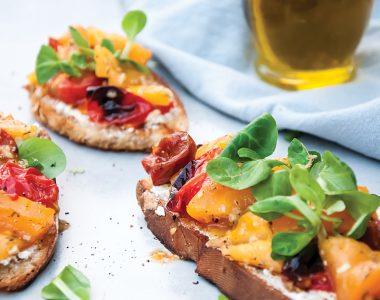 Bruschetta z Kozim Serem i Pieczonymi Pomidorami