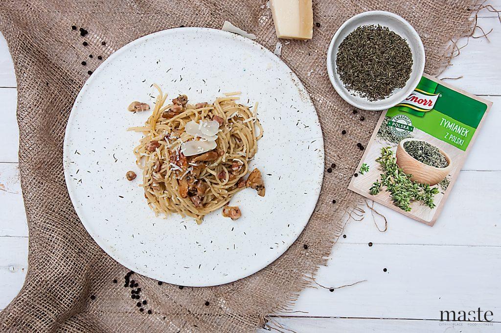 spaghetti carbonara z kurkami i tymiankiem