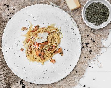 Spaghetti Carbonara z Boczkiem, Kurkami i Tymiankiem