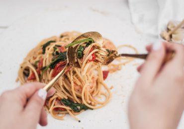 Spaghetti z krewetkami, szpinakiem, chilli i pomidorkami koktajlowymi