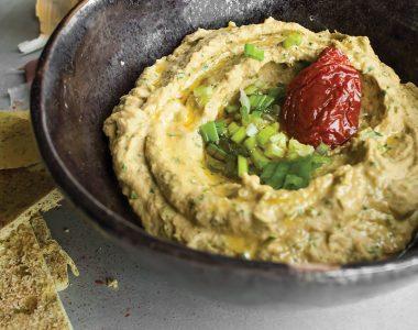 Hummus w stylu Włoskim – z suszonymi pomidorami, kaparami i szpinakiem