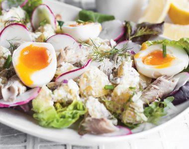 Wiosenna sałatka z wędzoną makrelą, ziemniakami i jajkiem