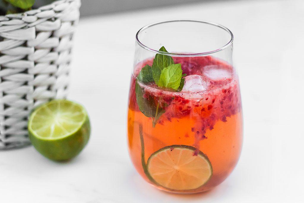 spritz na bazie różowego wina z truskawkami, limonką i miętą