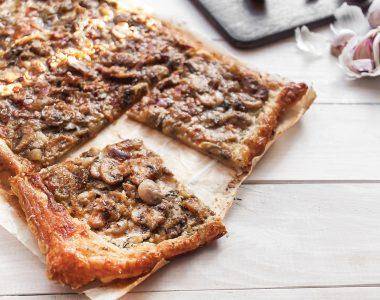 Tarta na cieście francuskim z pieczarkami, karmelizowaną cebulą i serami