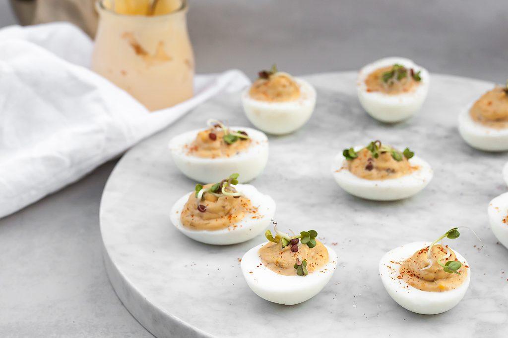 jajka faszerowane anchois, domowym majonezem i kaparami