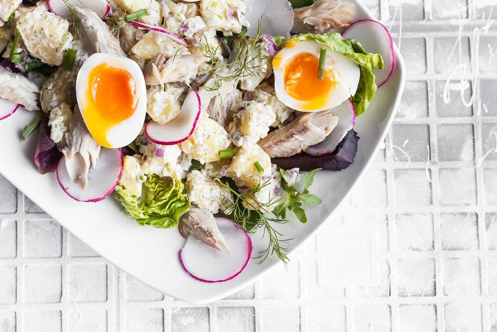 sałatka z wędzoną makrelą, ziołami, ziemniakami i jajkiem