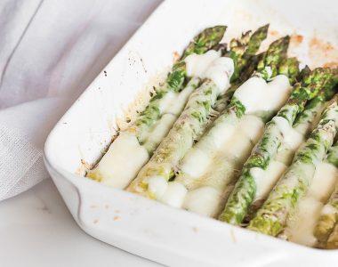 Zapiekane szparagi z czosnkiem, mozzarellą i parmezanem