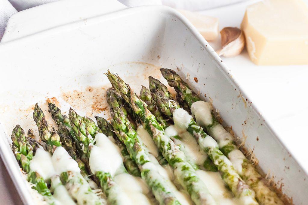 zapiekane szparagi z czosnkiem, mozzarella i parmezanem