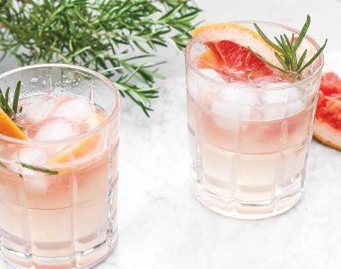 Lekki drink z ginem, tonikiem, grejpfrutem i rozmarynem