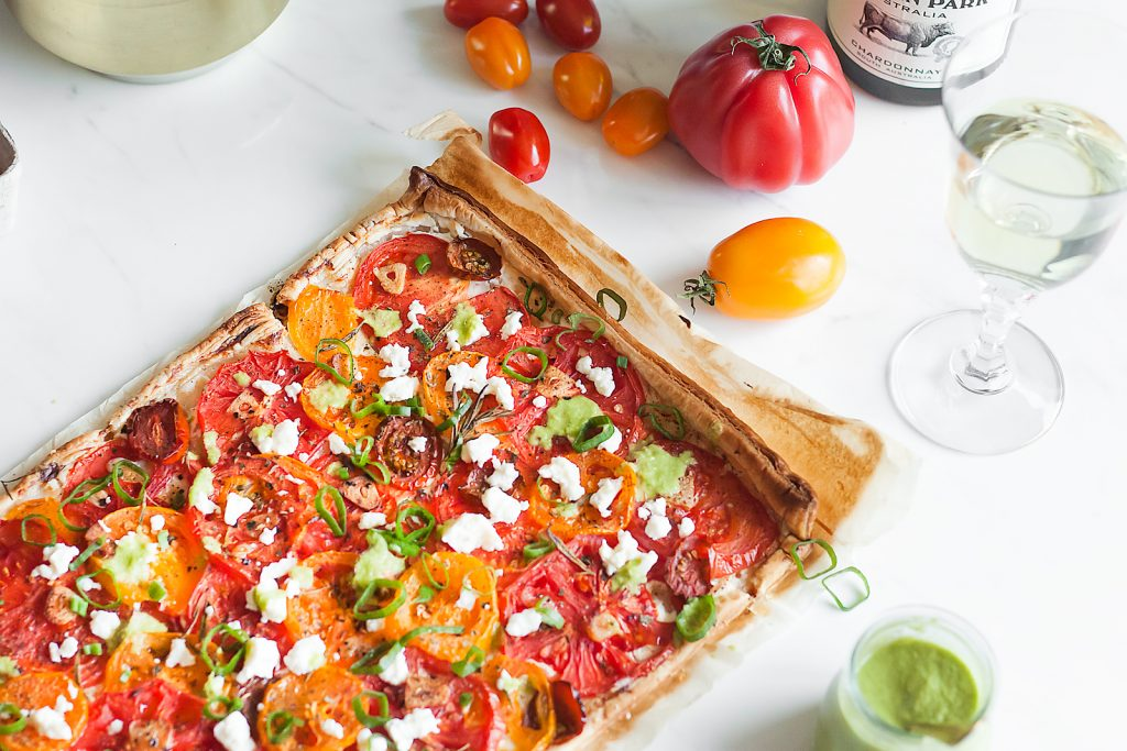 tarta na cieście francuskim z pomidorami, serem kozim i fetą