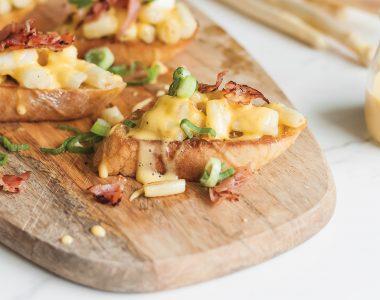 Crostini z białymi szparagami, sosem holenderskim i szynką parmeńską