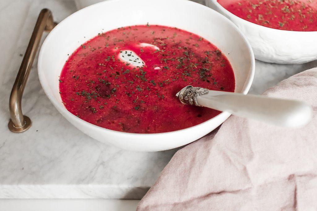 wyrazista zupa z botwinki na bulionie