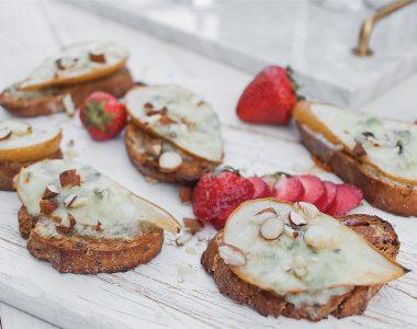 Bruschetta z gruszką, gorgonzolą, miodem i orzechami