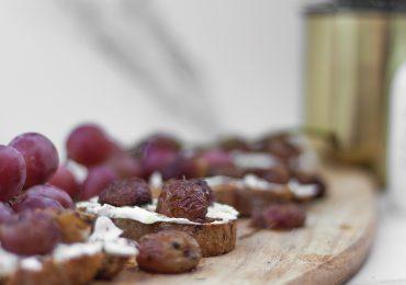 Chrupiąca bruschetta z kozim serem, pieczonymi winogronami i tymiankiem