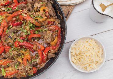 Teksańsko – Meksykańskie klasyczne Fajitas z wołowiną, papryką i cebulą