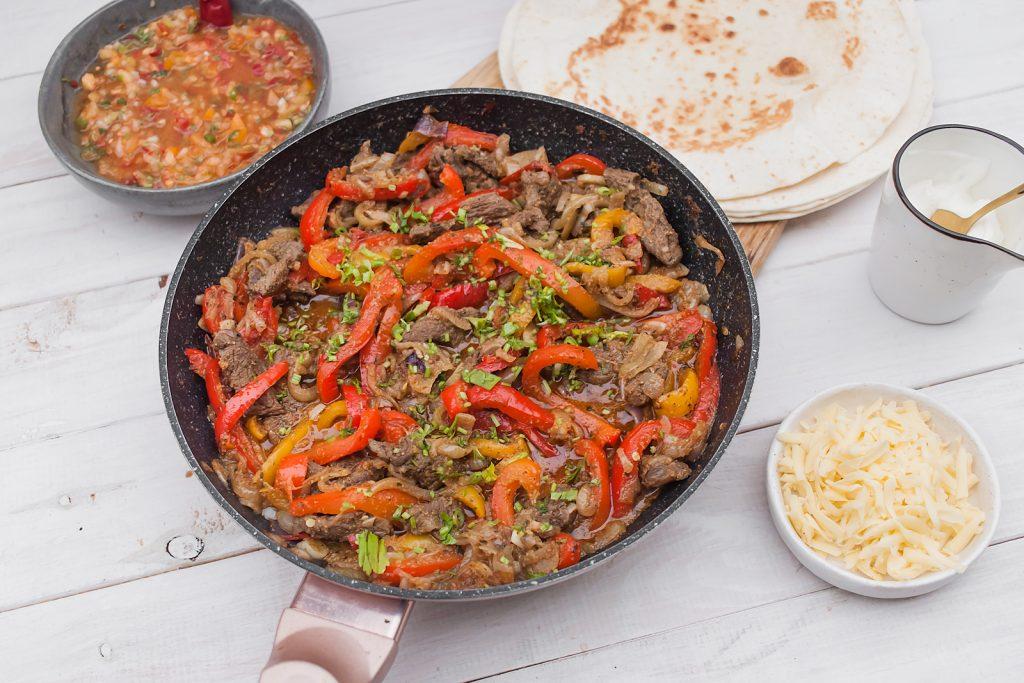 Tex-Mex klasyczne fajitas z wołowiną papryką i cebulą