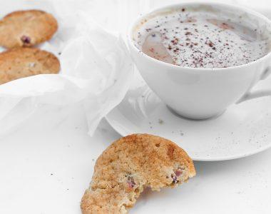 Kruche ciasteczka z rabarbarem i truskawkami