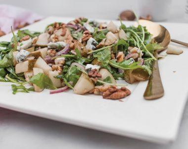 Sałatka z gorgonzolą, gruszką i orzechami