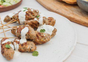 Kofty z indyka z sosem czosnkowym i miętą czyli libańskie szaszłyki z grilla