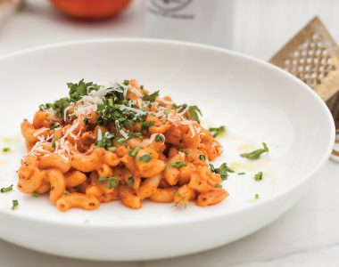 Pasta alla vodka czyli włoski makaron z sosem na bazie pomidorów, śmietanki i wódki