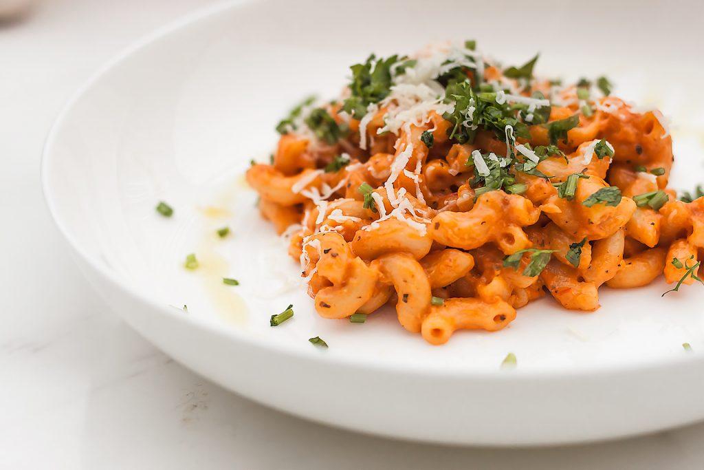 Pasta alla vodka czyli prosty makaron z sosem pomidorowym, smietanka i parmezanem