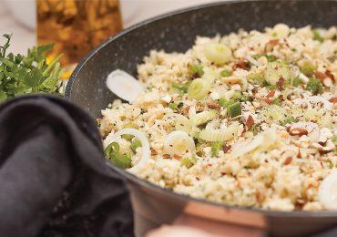Wegetariański ryż kalafiorowy z dymką, migdałami i parmezanem