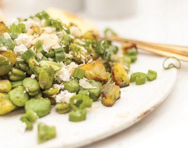 Sałatka z bobem, pieczonymi ziemniakami, ziołowym sosem i serem feta