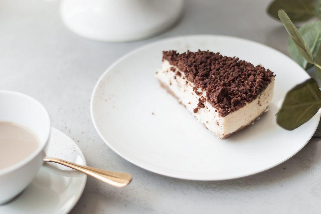 prosty sernik na cisteczkowym spodzie z ciasteczkowa kruszonka