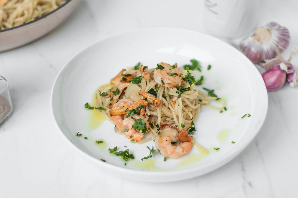 spaghetti z kurkami i krewetkami w maslanym sosie