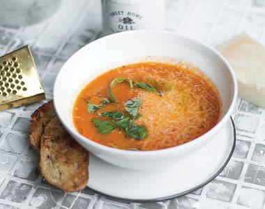 Zupa krem z pomidorów z parmezanem i bazylią