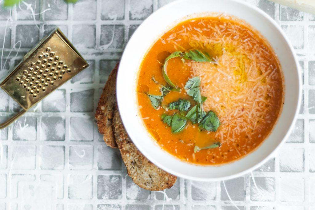 krem ze swiezych pomidorow z parmezanem i bazylia