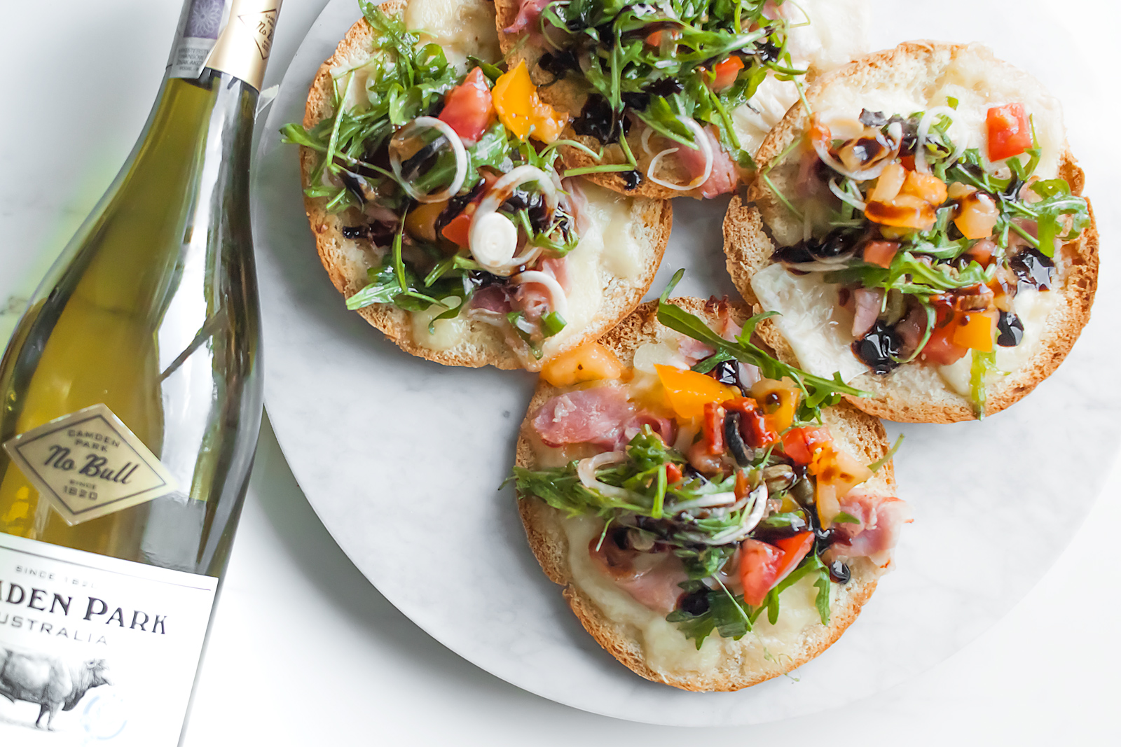 chlebki pita z serami i lekka salatka