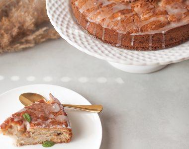 Szybkie ciasto śmietankowe z brzoskwiniami i cynamonem