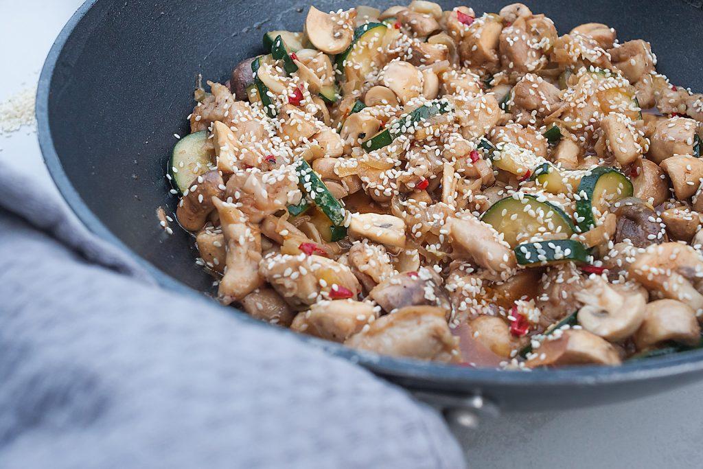 stir fry z kurczakiem, cukinią i pieczarkami