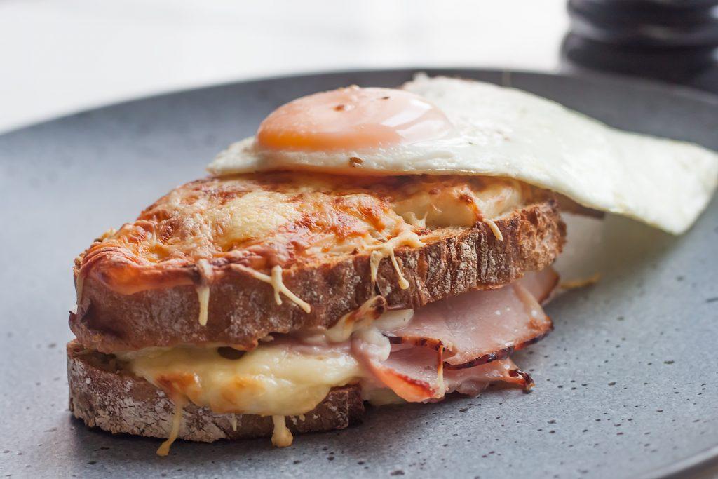 najlepsze sniadanie grzanka z serem szynka i beszamelem croque madame