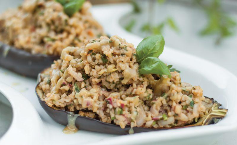 weganski faszerowany baklazan z kasza bulgur, warzywami i tahini