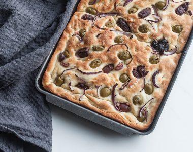 Focaccia czyli włoski chlebek z oliwkami, czerwoną cebulą i gruboziarnistą solą