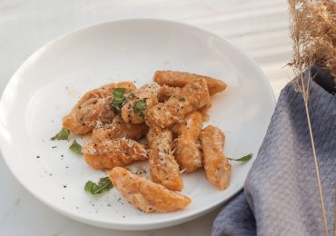 Gnocchi z batatów z maślanym sosem czosnkowo rozmarynowym i parmezanem