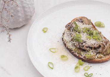 Chrupiąca grzanka wege z awokado, pieczarkami i parmezanem
