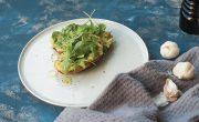 czosnkowa grzanka z awokado