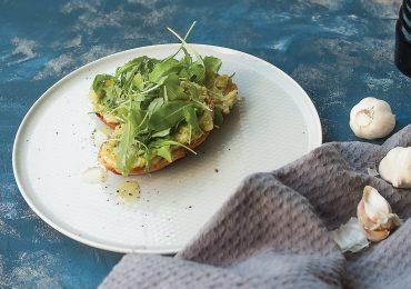Czosnkowa grzanka z ciągnącym serem i pastą z awokado
