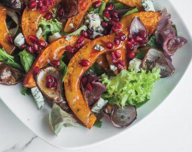 Jesienna sałatka z pieczoną dynią, gorgonzola i granatem