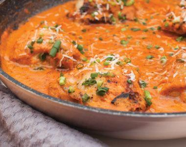 Udka z kurczaka w kremowym sosie pomidorowym z parmezanem i bazylią